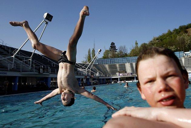 I na jaře řádí děti ve venkovním plaveckém bazénu v pražském Podolí. Umožňují jim to letní teploty, které v dubnu panují.