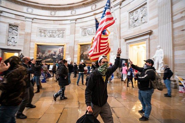Protestující v Kapitolu.