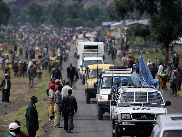 Humanitární konvoj vypravený včera z východokonžské Gomy na sever do oblastí pod kontrolou povstalců tvopřily jen dva nákladní vozy s léčivy v doprovu desíti terénních aut mírových sil. V oblasti je na milion vyhladovělých utečenců.