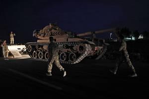 Turecký tank na hranici mezi Tureckem a Sýrií