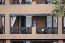 Muž na balkonu hotelu H10 Costa Adeje Palace na španělském ostrově Tenerife.