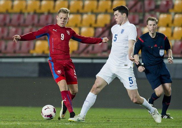 Matěj Vydra (vlevo) v souboji s Michaelem Keanem z Anglie.