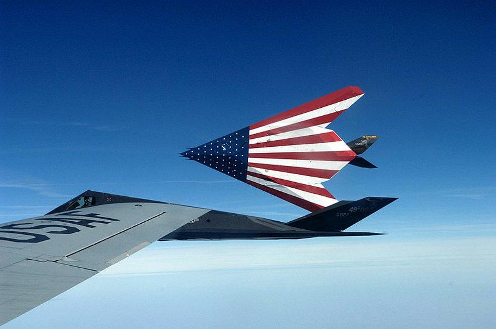 V amerických barvách. V době, kdy byly stealth technologie obecně v plenkách, se F-117A stalo pýchou amerického letectva. Dlouho byly tyto letouny považovány za nesestřelitelné. Foto: Wikimedia Commons, U.S. Air Force photo/Senior Master Sgt. Kim Frey, vo