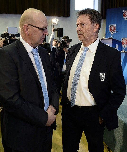 Mimořádná valná hromada Fotbalové asociace ČR. Vlevo Miroslav Liba, vpravo Roman Berbr.
