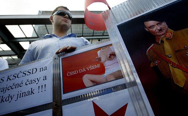 Odpůrce ČSSD se svými plakáty.