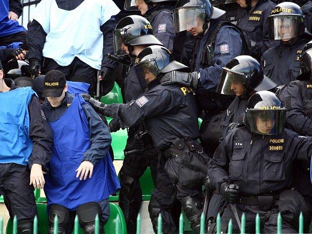Za služby policie by si měly podle Langera fotbalové týmy zaplatit.
