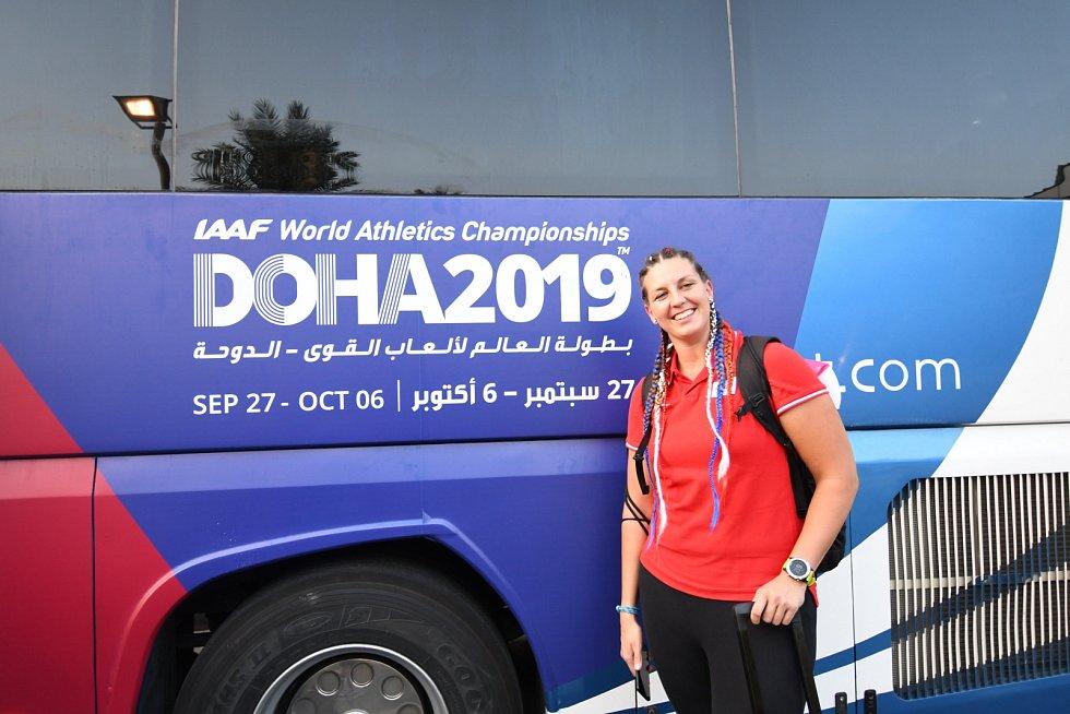Přílet části atletické výpravy do Dauhá. Na snímku Kateřina Šafránková