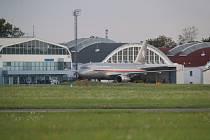 Přistání leteckého speciálu s evakuovanými Čechy v Praze