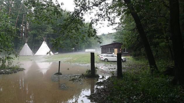 V Bohuslavicích na Prostějovsku hasiči 1. července odpoledne kvůli silné bouřce evakuovali šest desítek dětí z letního tábora