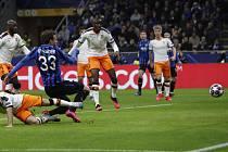 Fotbalista Atalanty Hans Hateboer (s číslem 33) dává gól Valencii v osmifinále Ligy mistrů.
