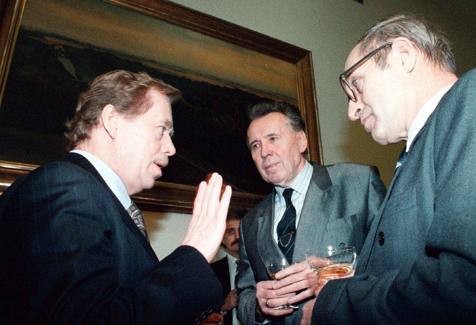 POSLEDNÍ. Jan Stráský byl poslední federální premiér. Na snímku je při rozhovoru s bývalým prezidentem Václavem Havlem a místopředsedou vlády ČSFR Rudolfem Filkusem těsně před rozpadem Československa v prosinci 1992.
