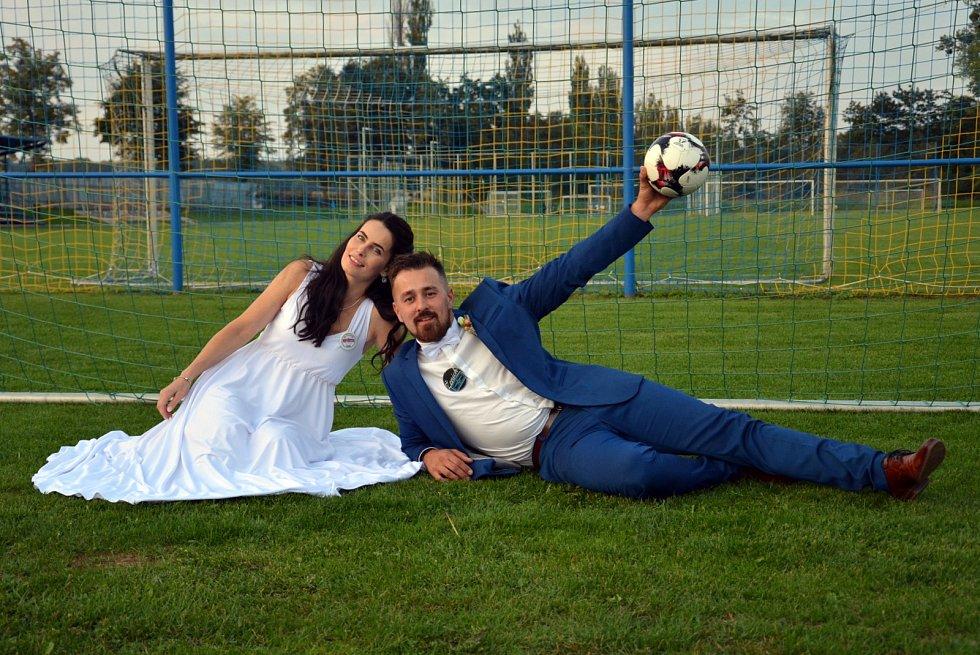 Svatba na fotbalovém hřiště u Hlučína.