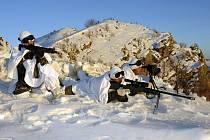 Turečtí vojáci se v severním Iráku potýkají se záplavami sněhu.