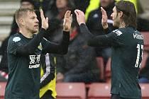 Fotbalista Burnley Matěj Vydra (vlevo) přijímá gratulaci od spoluhráče Jeffreyho Hendricka ke svému gólu v anglické lize.