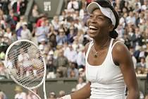 Venus Williamsová se raduje z wimbledonského titulu.