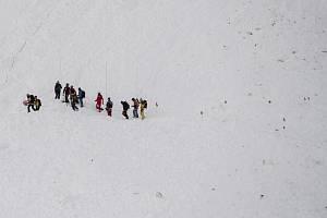 Záchranáři pátrají po obětech laviny. Ilustrační foto.