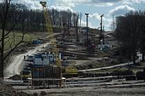 U Českých Budějovic pokračovala savba obchvatu, který bude součástí dálnice D3.  Zda a jak se stavba D3 zdrží kvůli nákaze koronaviru, není zřejmé. Většina velkých stavebních firem výrobu zatím nepřerušuje.