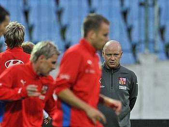 Ivan Hašek sleduje své svěřence.