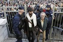 SEDLÁK CEDRIC HERROU (uprostřed) , který pomáhá imigrantům po překonání hranic, před soudní budovou v Nice. Pro některé podivín, pro jiné hrdina, pro úřady neposlušný občan.