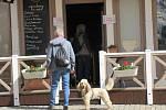 Otevřeno má také cukrárna Moccafé v Táboře, kde jedny dveře slouží jako vstup a druhé jako východ. Na podlaze navíc dvoumetrové rozestupy naznačují výrazné samolepky.