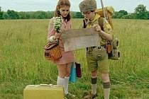 UPRCHLÍCI NA CESTÁCH. Suzy a Sam v podání Kary Haywardové a Jareda Gilmana.