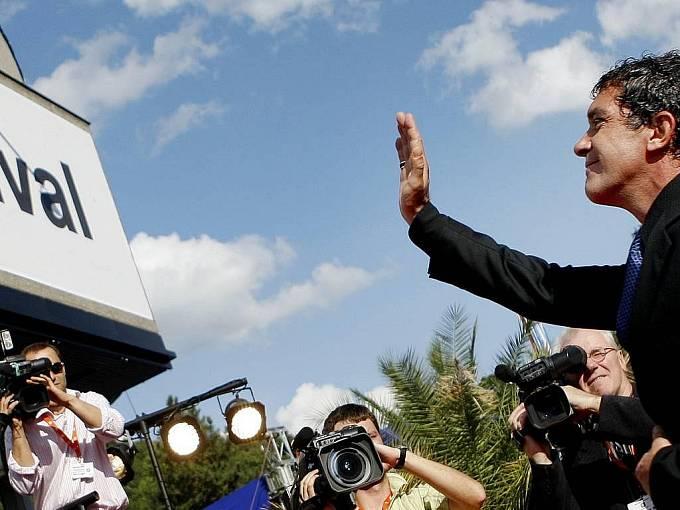 Španělský herec Antonio Banderas přichází na závěrečný ceremoniál, při kterém skončil 11. července v Karlových Varech 44. ročník mezinárodního filmové festivalu.