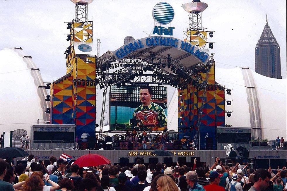 Bomba nastražená atentátníkem Ericem Robertem Rudolphem explodovala u zvukařské věže na jednom z koncertů v olympijském parku. Věž stála naproti pódiu (na snímku).