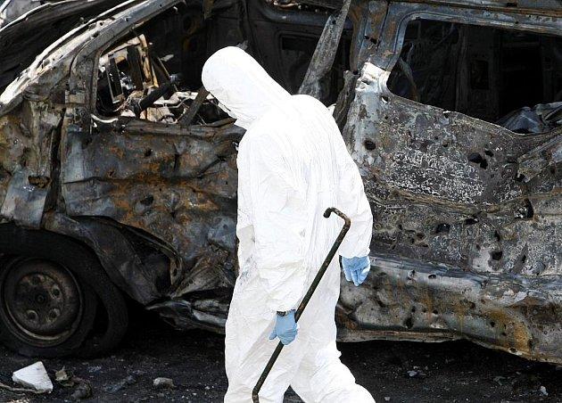 Policista hledá důkazy na místě výbuchu před burzou v Aténách