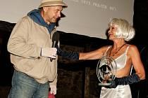 NOIROVÉ OKO. Režisér Václav Marhoul patří k příznivcům přehlídky. Cenu za Mazaného Filipa mu předali herci v kostýmech z jeho filmu, mj. Vilma Cibulková jako Velma (oba na snímku).