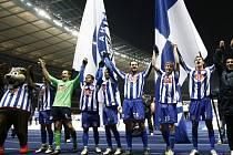 Fotbalisté Herthy Berlín se radují, brankář Jaroslav Drobný je třetí zleva (v zeleném). (Ilustrační foto.)