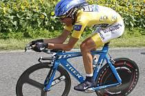 Alberto Contador v časovce uhájil průběžné vedení.