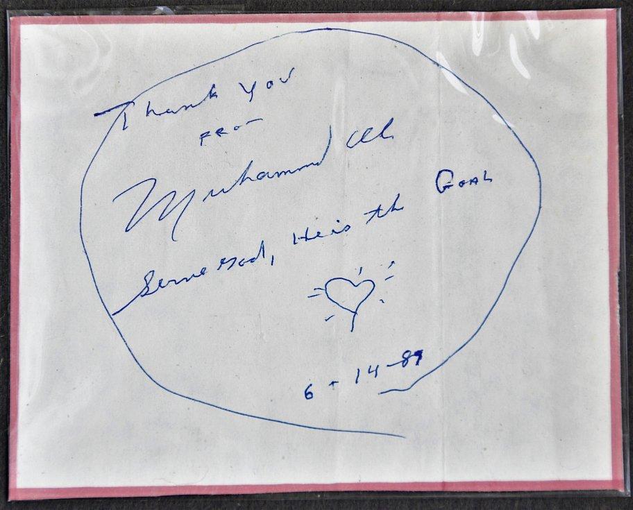 Autogram boxera Muhammada Aliho.