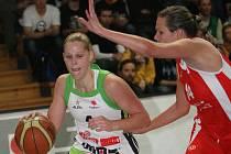 Basketbalistka Brna Hanušová (vlevo).