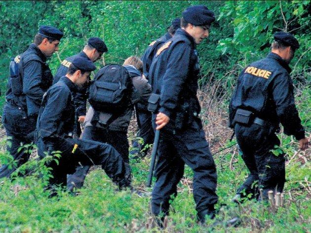 Koho vlastně hledaly v minulých dnech stovky policistů po celé jižní Moravě? Celostátní pátrání je každopádně vyhlášeno jak po jakési třináctileté Aničcez Kuřimi, tak po její o dvacet let starší dvojnici Barboře Škrlové.