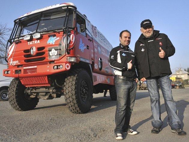 Závodník Karel Loprais (vpravo) se svým synovcem Alešem Lopraisem.