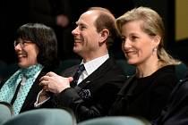 Nejmladší syn britské královny Alžběty II. princ Edward zavítal dnes před polednem v doprovodu své manželky Sophie do pražského Divadla pod Palmovkou.