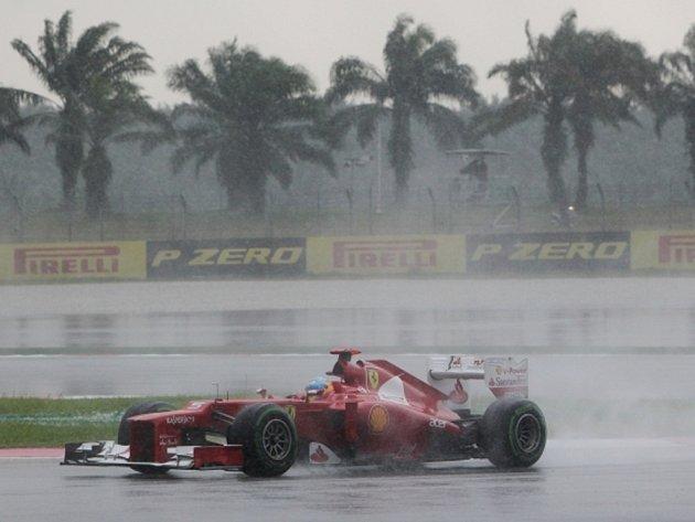 Fernando Alonso v deštivé Grand Prix Malajsie.