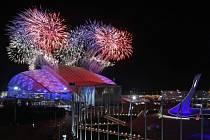 Ohňostroj nad olympijským parkem v Soči.