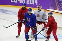 Už se tvrdě připravují. Čeští hokejisté (zleva) Jiří Novotný, Michal Barinka, brankář Alexandr Salák a Roman Červenka na prvním tréninku v Soči.