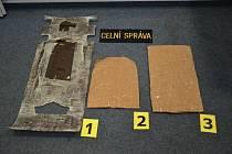 Celníci na pražském letišti zadrželi 2. června pětačtyřicetiletého cizince, který podle nich v zavazadlech pašoval téměř osm kilogramů hašiše. Muž přiletěl do Prahy z Dillí přes Dubaj