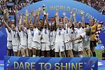 Fotbalistky USA s pohárem pro vítěze MS
