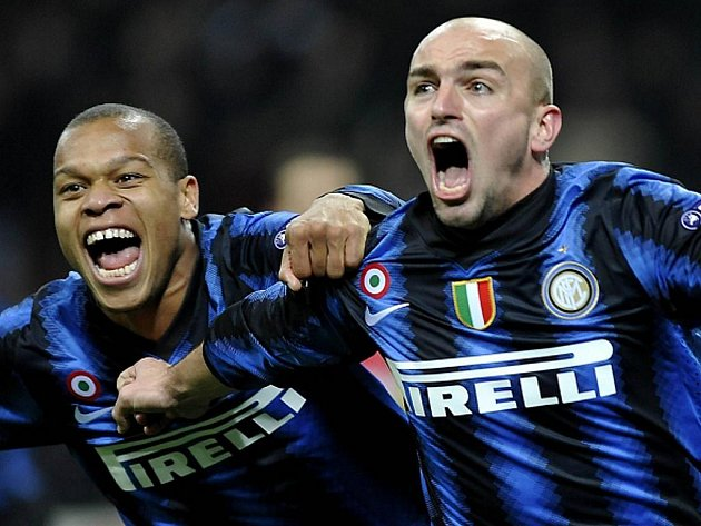 Esteban Cambiasso (vpravo) z Interu Milán slaví gól proti Twente v Lize mistrů.