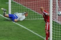 Brankář Dukly Jakub Jakubov sleduje míč ve své síti společně se spoluhráčem Patrikem Gedeonem.