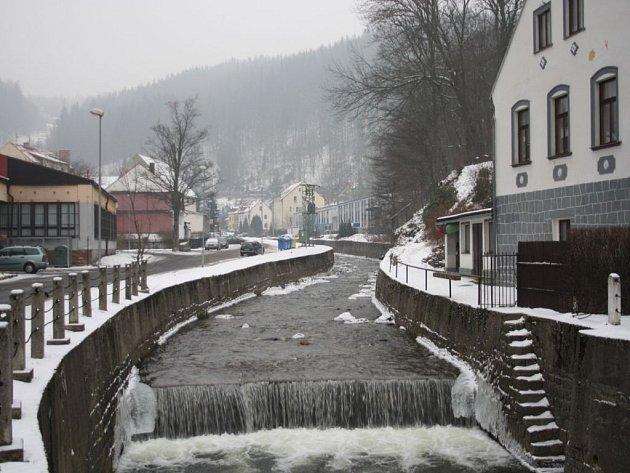 Řeka Rolava v Nejdku. Vypadá to hezky, ale ten zápach...