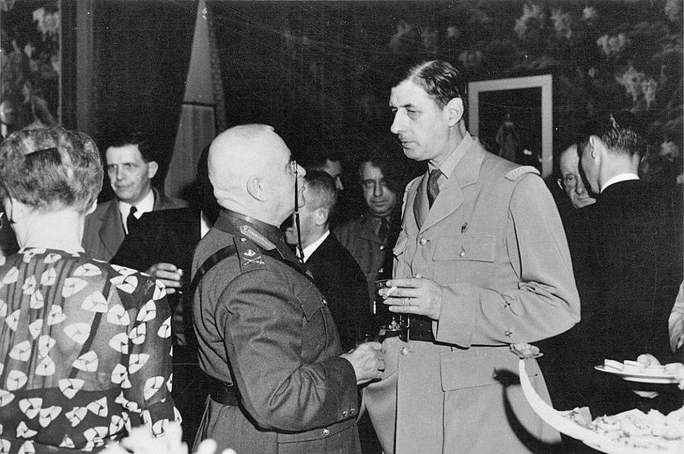 Charles de Gaule 12. července 1944 při jednání s kanadským politikem Eugènem Fisetem, mimo jiné prvním guvernérem Québeku a kanadským ministrem obrany