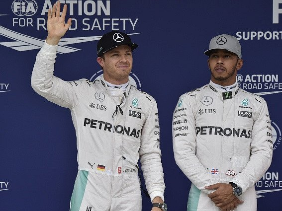Piloti stáje Mercedes: Nico Rosberg (vlevo) a Lewis Hamilton.