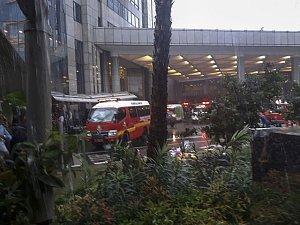 Na indonéské burze v Jakartě se propadla podlaha, na místě zasahují záchranáři