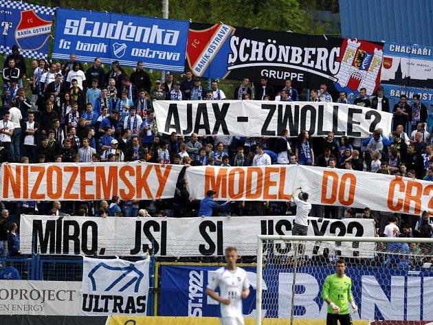 Takhle příznivci ostravského Baníku během sobotního zápasu s Duklou protestovali proti novým regulím pro fotbalové fanoušky.