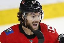 Hokejista Michael Frolík v dresu Calgary Flames.
