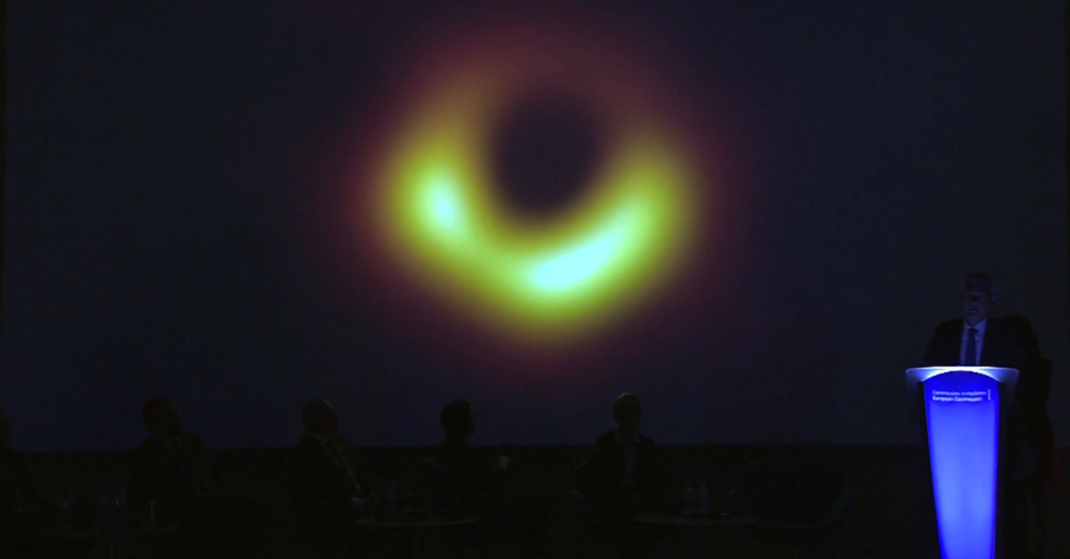 Historicky první snímek černé díry
